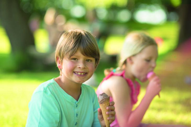 himmeblau-Blog-Kinder-schlecken-Eis